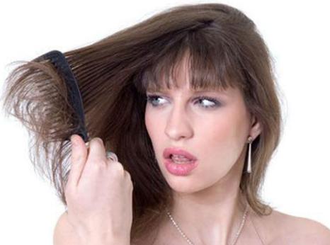 Chải đầu không đúng cách là nguyên nhân gây rụng tóc