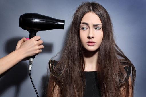 Hạn chế sử dụng máy sấy để giảm rụng tóc